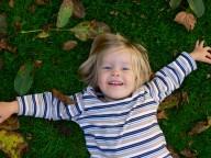 Bild: Kind im Gras