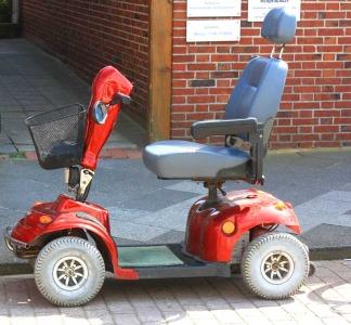 Elektromobil vor einem Hauseingang - Bild: Rike / pixelio.de