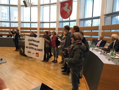 Aktivist*innen der Klimaschutzgruppe Fossil Free Münster unterbrachen die Eröffnungsrede von LWL-Direktor Matthias Löb.