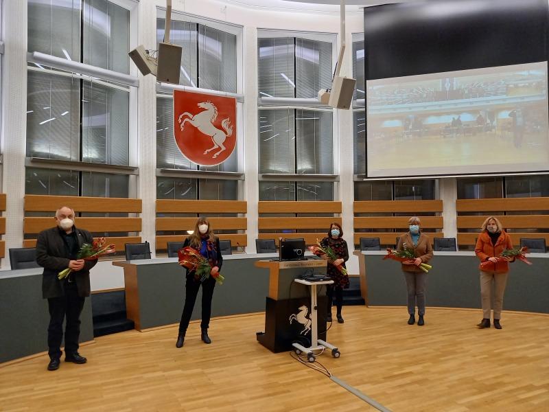 Martina Müller (Foto oben, 2.v.l., Fraktionssprecherin), Karen Haltaufderheide (3.v.l., Fraktionssprecherin), Werner Loke (links, stellv. Fraktionssprecher), Annette von dem Bottlenberg (rechts, stellv. Fraktionssprecherin) und Gertrud Welper (2.v.r., stellv. Vorsitzende der Landschaftsversammlung)